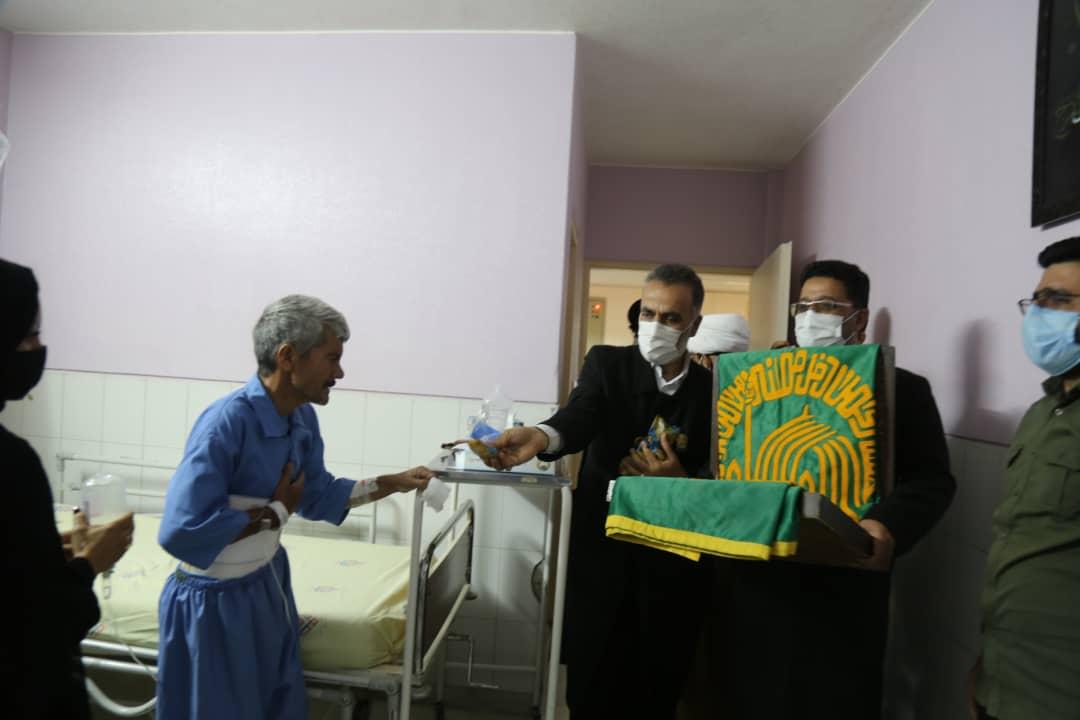 خادمین امام رضا در روز میلاد این امام بزرگوار در بیمارستان شهید صدوقی و عیادت از بیمار